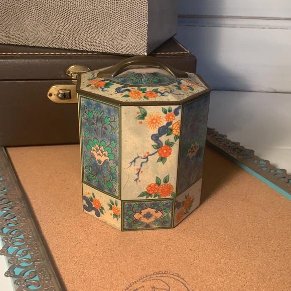 Vintage Candy Tin (B21)